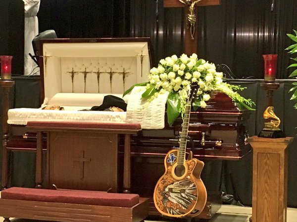 El público despide a Emilio Navaira en su funeral