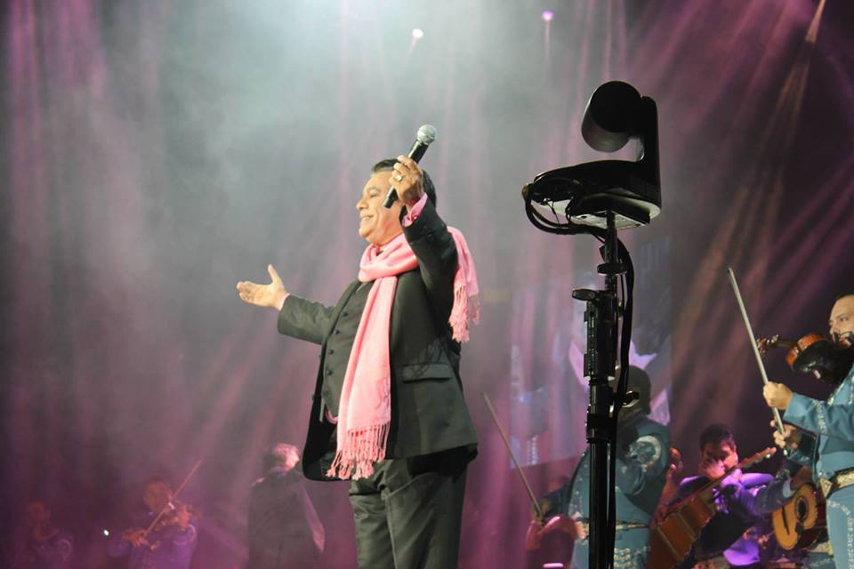 Juan Gabriel hizo reproche a su madre con canción